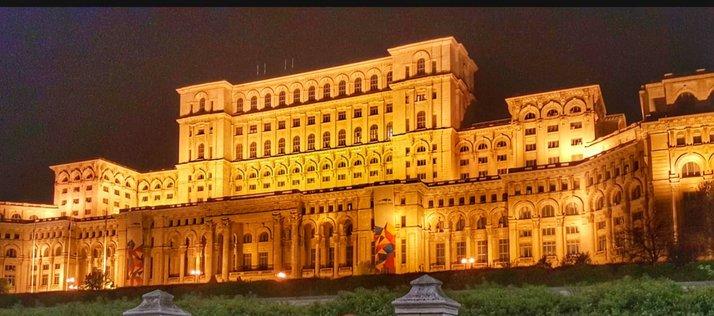 Imagine cu Platul Parlamentului, noaptea