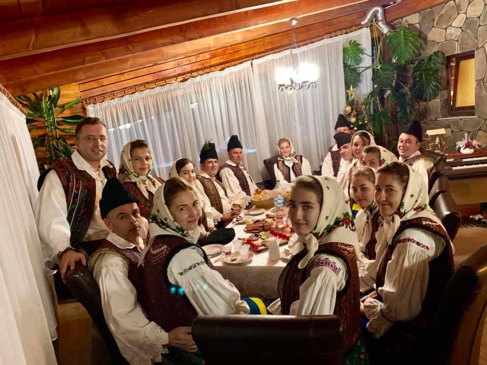 Ionuț, alături de tinerii cu care vrea să ducă mai departe tradițiile