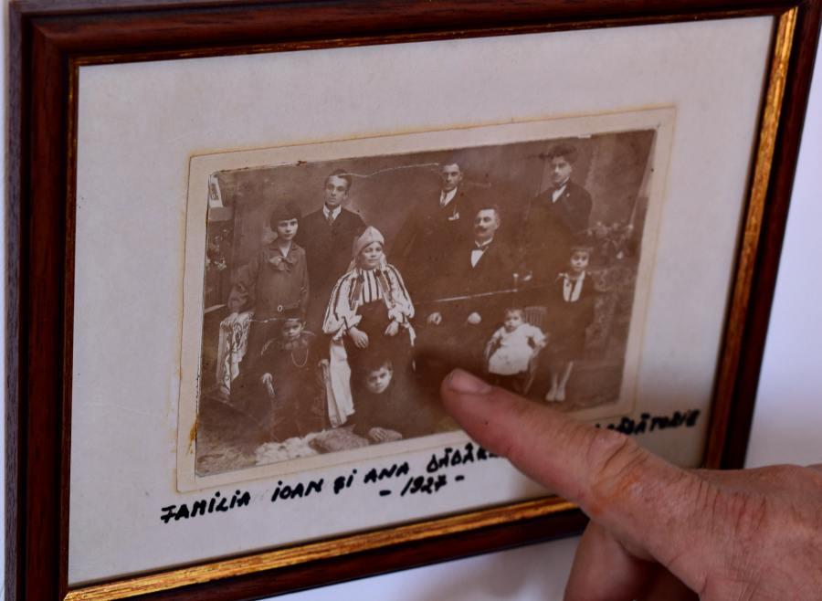 Ion și Ana Dădârlat, alături de toți cei opt copii. Fotografie din 1927, la nunta de argint – 25 de ani de căsătorie. | Foto după imaginea originală: Mira Kaliani
