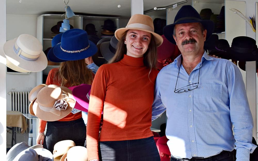 Tată și fiică, alte două generații, a patra și a cincea, ce duc mai departe povestea pălăriilor Dădârlat | Credit foto: Mira Kaliani
