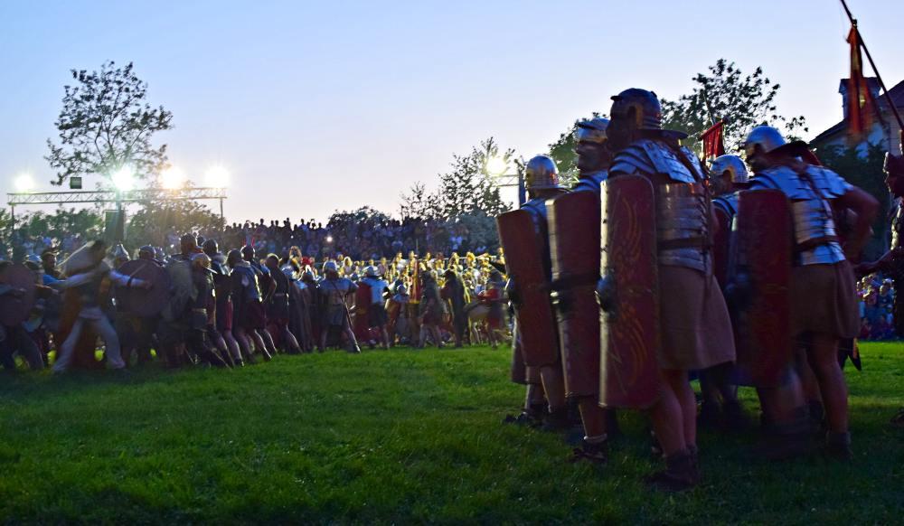 O luptă demonstrativă între daci și romani din timpul Festivalului Roman Apulum de la Alba Iulia | Credit foto: Mira Kaliani