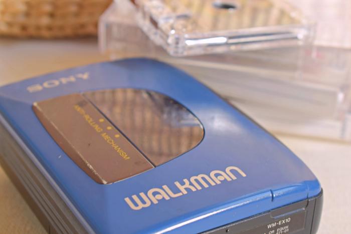 Walkman-ul meu, acum obiect vintage, deși funcționează și azi la fel ca-n prima zi. Și știu că a fost o vreme când nu m-am despărțit o zi de el iar dacă mă întrebai atunci ce aș fi luat pe o insulă, era un răspuns. | Credit foto: Mira Kaliani