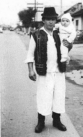 Ionuț și tatăl lui. în vechiul Maramureș