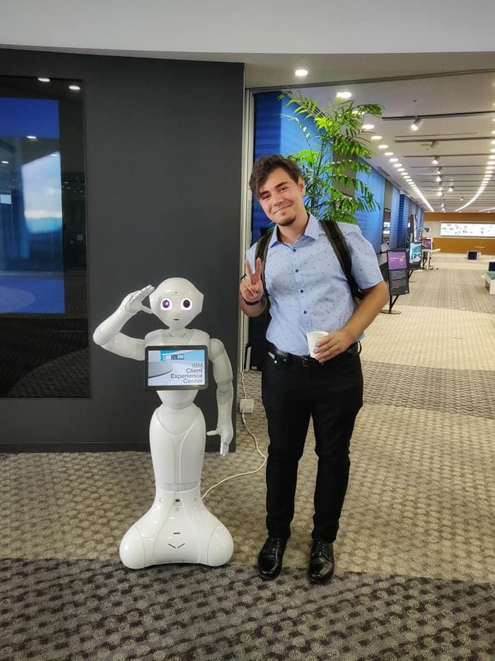 Alex la sediul IBM Tokyo, în timpul unui internship la JCE