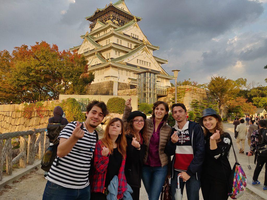 Alex și grupul CSRJ în timpul excursiei culturale din 2019 la castelul Osaka