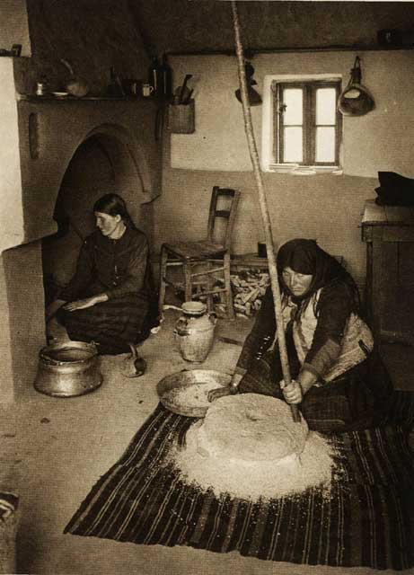 Râșniță țărănească, România anilor '30 | Fotografie de Kurt Hielscher