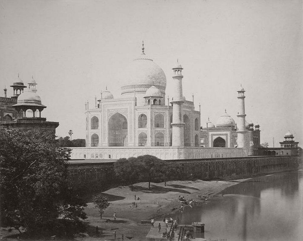 Taj Mahal, Agra, India, fotografiat de la malul râului, în anii 1860 | Fotografie de Samuel Bourne