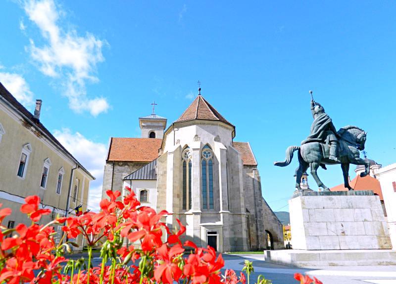 Palatul Principilor din Alba Iulia, înainte de renovare, în partea stângă a imaginii | Credit foto: Mira Kaliani