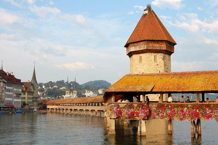 Podul Capelei și Turnul cu Apă, Lucerna, Elveția   Sursa foto: Simon Koopmann / Wikipedia, CC BY-SA 2.5