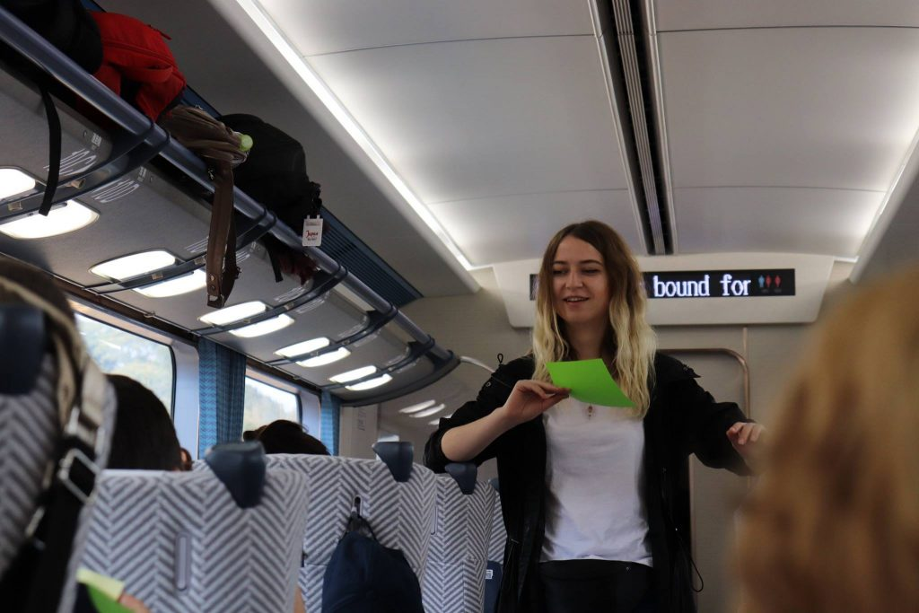 Alexandra, învățându-i pe turiști origami. Sursă: Arhivă Free Spirit