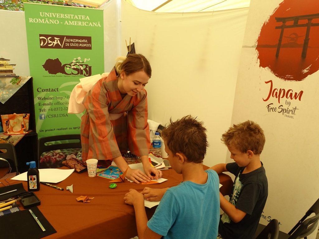 Atelier origami. Copiii, fascinați de lecțiile Alexandrei