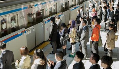 Japonezi asteptând la coadă urcarea în tren (2016)