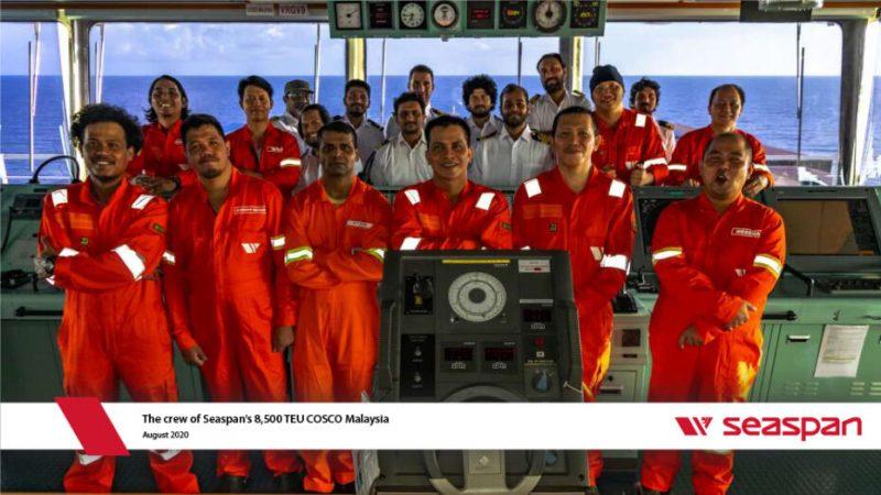 Echipajul navei COSCO Malaysia și comandantul român (în fundal)