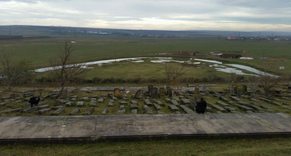Morminte comune evreiești cu victime ale trenurilor morții, în afara Iașului. Foto: Floris van Dijk