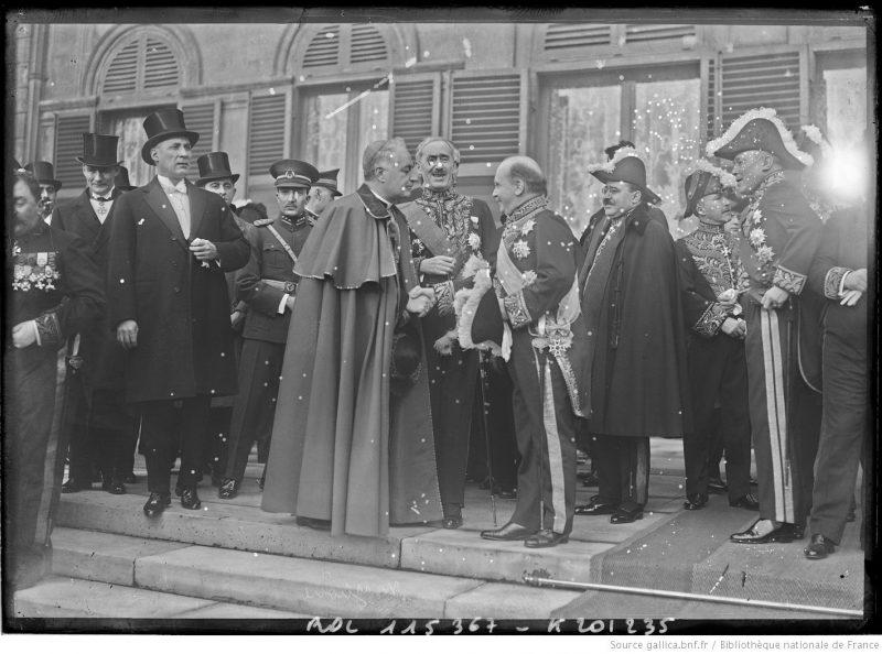 Ceremonia primirii Corpului Diplomatic acreditat la Paris de către Președintele Republicii Franceze, cu ocazia Anului Nou 1927. În centrul fotografiei, vorbind cu nunțiul papal, este Constantin Diamandy (1868-1931), trimis extraordinar și ministru plenipotențiar al României în Franța între 1924-1930