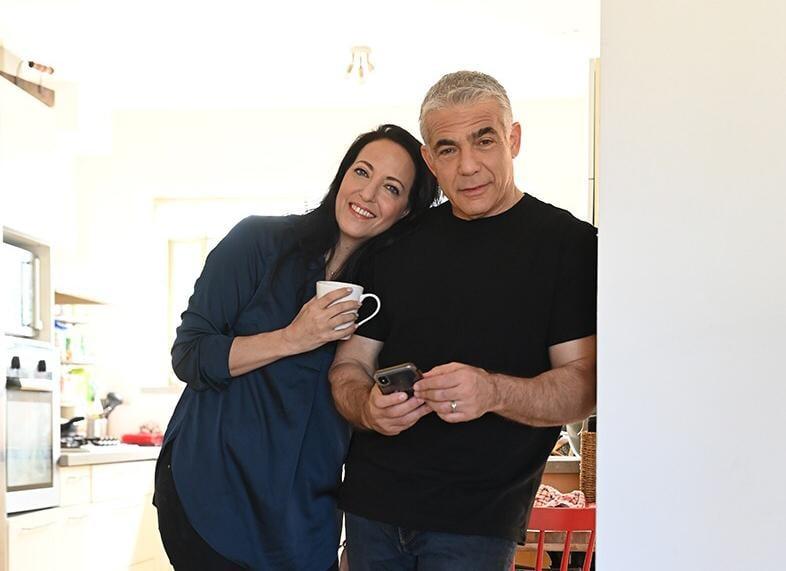 Yair Lapid, într-un moment de relaxare acasă, cu soția lui
